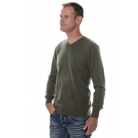 homme qui porte un pull en cachemire vert