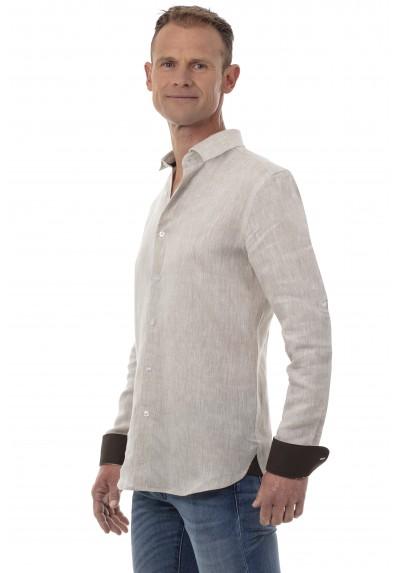 Homme qui porte une chemise en lin à manches longues avec un jean