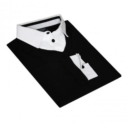 pull noir sur une chemise blanche