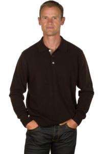 Le pull cachemire homme col polo marron est à porter été comme hiver.
